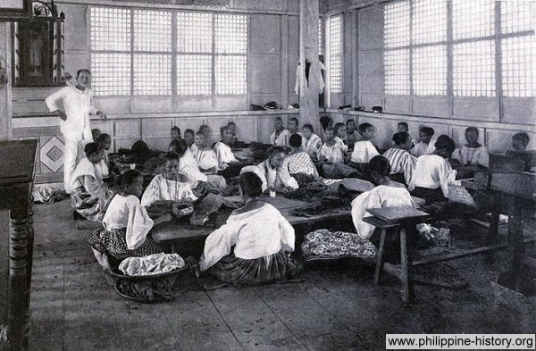 Old picture of a Manila cigar factory, taken in 1898.